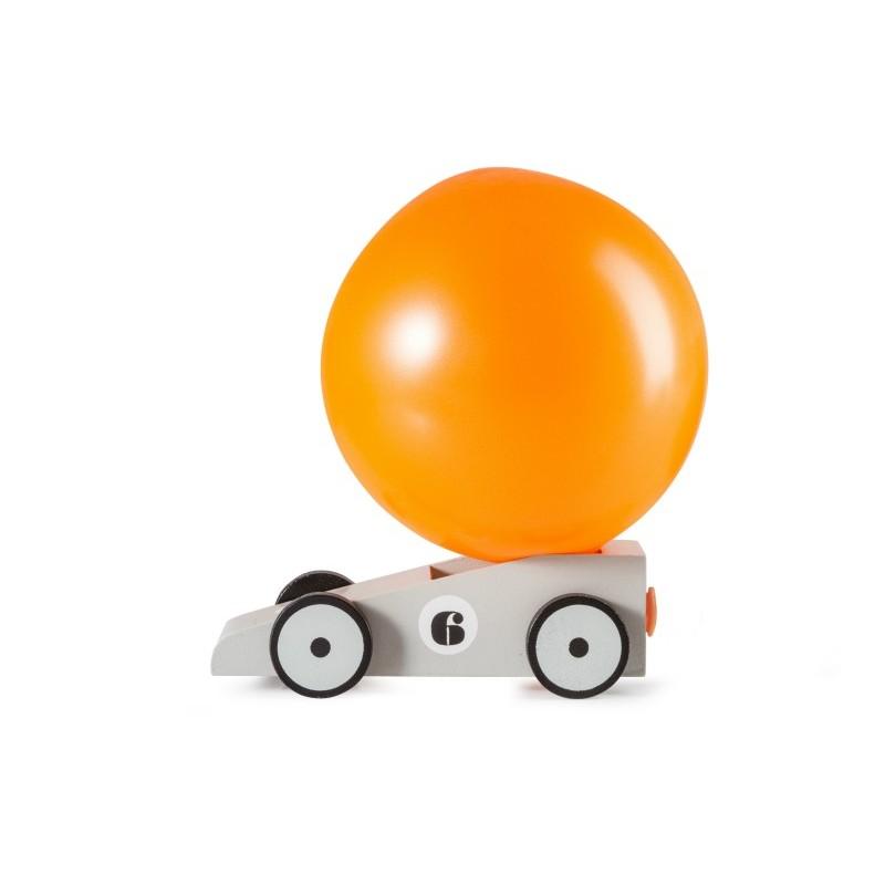 Voiture grise avec ballon