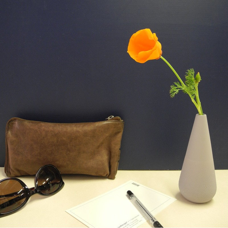 Vase haut gris à relief perles